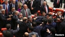 Türkiyə parlamentində iqtidarla müxalifətin davası - 2014