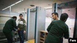 همانطور که در تصویر میبینید در ایران اسلامی امنیت کامل برقرار است و همه مسافرین در فرودگاه به شکل کامل توسط برادران سپاه دستمالی میشوند.
