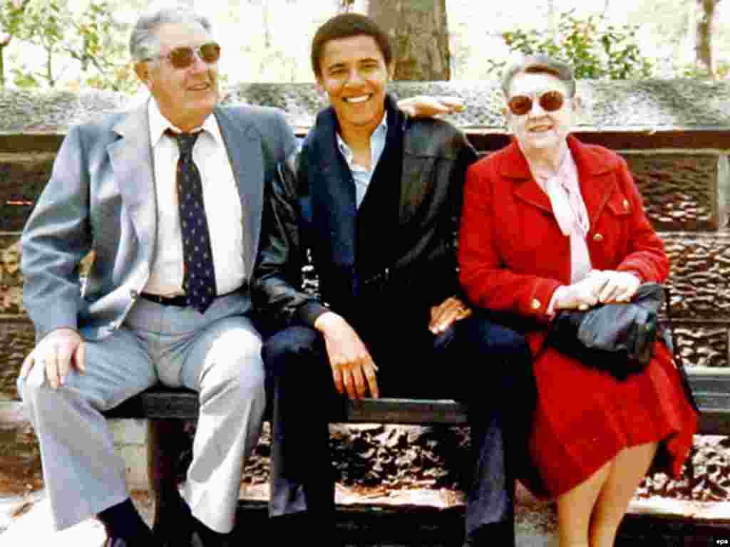 """Сүрөттө: Демократ сенатор Барак Обама таятасы Стэнли жана таянеси Мэдлин Данхэм менен - 2-ноябрда, президенттик шайлоого бир күн калганда Обаманын таянеси дүйнө салды. Обаманын айтымында, таянесинин анын өмүрүндөгү салымы эбейгесиз. Теги кениялык атасы үй –бүлөсүнөн кетип, өз энеси каза тапкандан кийин Обама таянеси Мэдлин Данхэмдин колунда тарбияланган. Ал 86 жаш курагында ооруканада каза тапты. """"Ал эми биз менен эмес. Бирок ал менин жеңишим үчүн көп нерсе жасады"""" деди Барак Обама шайлоонун алгачкы жыйынтыктары белгилүү болгондон кийин."""