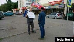 "Активист ""Левого фронта"" во время одиночного пикета"