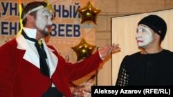 """Артисты немецкого театра в Центральном государственном музее на акции """"Ночь в музее"""". Алматы, май 2012 года."""