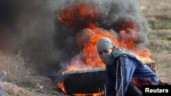 Палестинец в восточной части города Газа, во время столкновений с израильтянами, 15 декабря 2017 г.