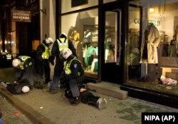 Поліцейські затримують трьох осіб у другу ніч дводенних заворушень. Таллінн, 28 квітня 2007 року