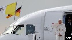 Рима папасы Бенедикт XVI Берлиндегі әуежайда. 22 қыркүйек 2011 жыл.