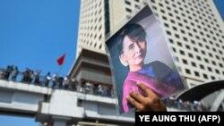 له قدرته د میانمار یا د پخوانۍ برما د حکومت لیرې شوې مشره انګ سان سوچي