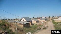 Алматының Шаңырақ елдімекеніндегі заңсыз деп танылған баспаналар. Тамыз, 2008 ж.