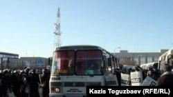 Aktauya qalxanlar, dəyənəklər, hətta rezin güllələrlə silahlanmış polis qüvvələri yerləşdirilir. 18 dekabr 2011