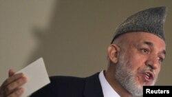 """Кабул -- Ооган президенти Хамид Карзай кеңешчилери менен жардамчылары Ирандан кап-кап акча аларын бышыктап, бирок муну """"ырасмий"""" жардам деп мүнөздөдү."""