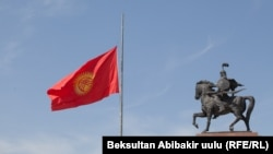 A Kyrgyz flag flies at half-staff in Bishkek in honor of 14 Kyrgyz migrant workers who died in a fire in Moscow on August 27.
