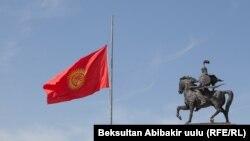 Flamuri i Kirgizisë në gjysmë shtizë