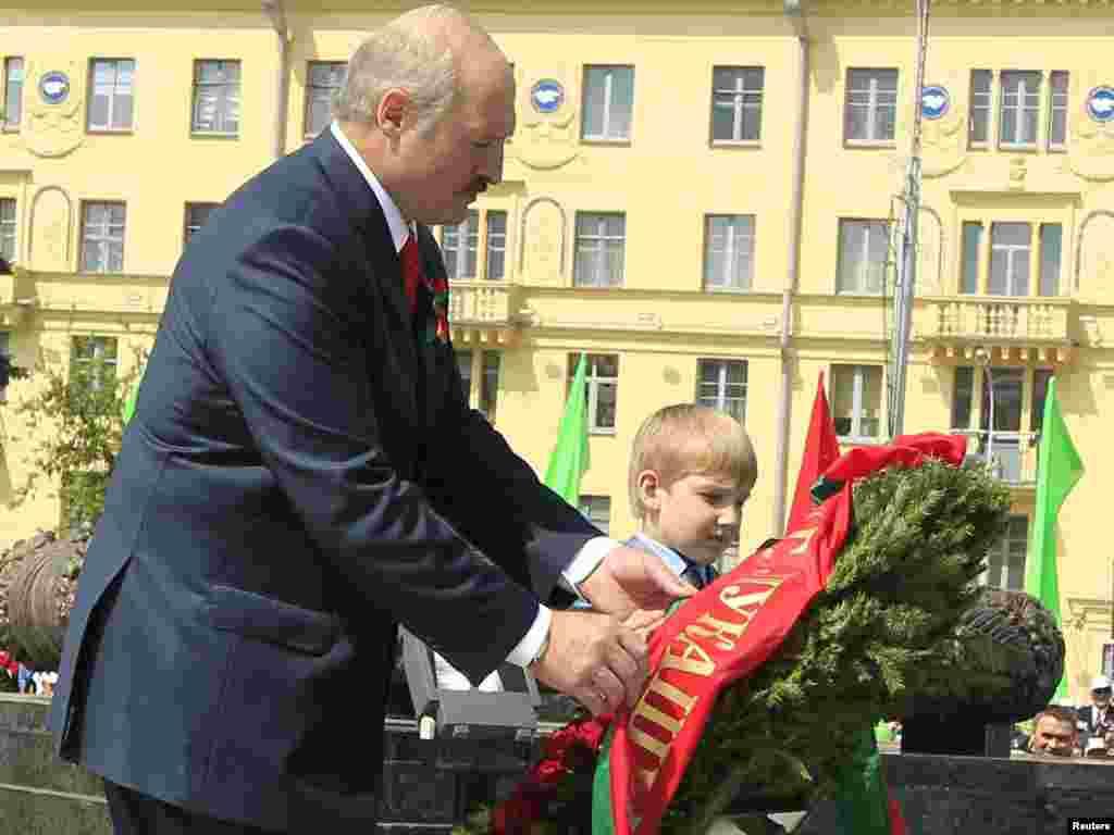 Олександр Лукашенко з сином Миколою покладає вінок на Площі Перемоги у Мінську, 2011 рік