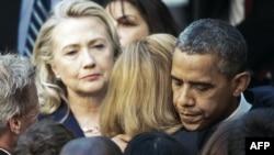 Barack Obama Dövlət Departamentinin işçisini qucaqlayır, 12 Senyabr 2012