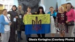 Учасники проекту «Маскувальна сітка для армії руками волонтерів»
