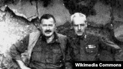 Amerika yazıçısı və hərbi jurnalisti Ernest Miller Hemingway (solda)