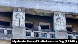 Символ прогресу під дахом будинку на Маразліївській, 34б