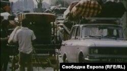 Скрийншот от архивни кадри на БНТ от българо-турската граница, заснети през лятото на 1989 г. Колоните автомобили, автобуси и каруци се измерват с километри.