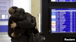 Родные погибших пассажиров российского самолета А321 в Египте 31 октября в аэропорту Санкт-Петербурга.