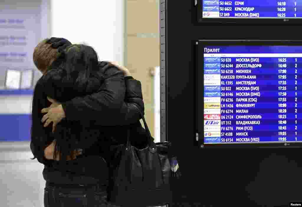 Аэропорт «Пулково» в Санкт-Петербурге. Родственники и друзья погибших