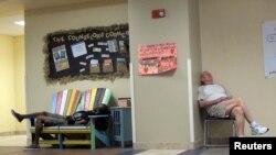 Люди ночують у школі, яка використовується як центр укриття від урагану «Метью», Мельбурн, штат Флорида, 6 жовтня 2016 року