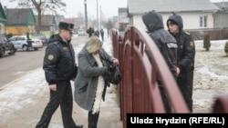 Міліцыянты каля школы №2 у Стоўпцах пасьля двайнога забойства