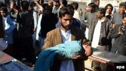 Чоловік несе поранену внаслідок катастрофи поїзда дитину до лікарні у Кветті, Пакистан, 17 листопада 2015 року