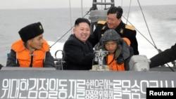 Солтүстік Корея президенті Ким Чен Ын әскерилермен бірге кемеде отыр (Көрнекі сурет).