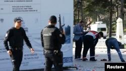 Түрік полицейлері Стамбулдағы жарылыс орнын қоршап жүр. 12 қаңтар 2016 жыл.