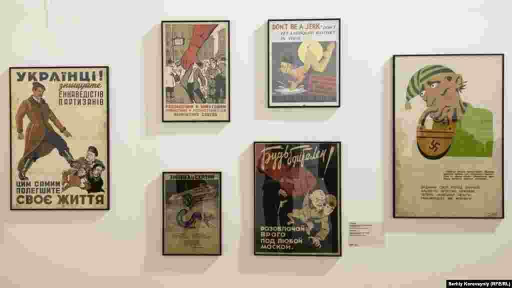 Крайній лівий та правий плакати викликали найбільшу увагу серед тих, хто фотографувався поряд з карикатурами