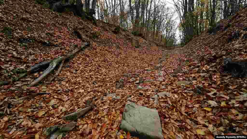 По этой старой горной дороге можна добраться к горе Мачук. Там обнаружили руины другого средневекового армянского храма – Сурб-Степанос. К нему от Сурб-Хача – около трех километров