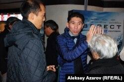 Политолог Досым Сатпаев (в центре). Алматы, 23 сентября 2015 года.