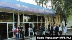 Прихожане церкви «Новая жизнь» собираются на утреннее богослужение. Алматы, 1 сентября 2019 года.