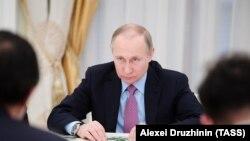 Володимир Путін поки що ухилявся від прямої відповіді на питання про свою участь у виборах 2018 року