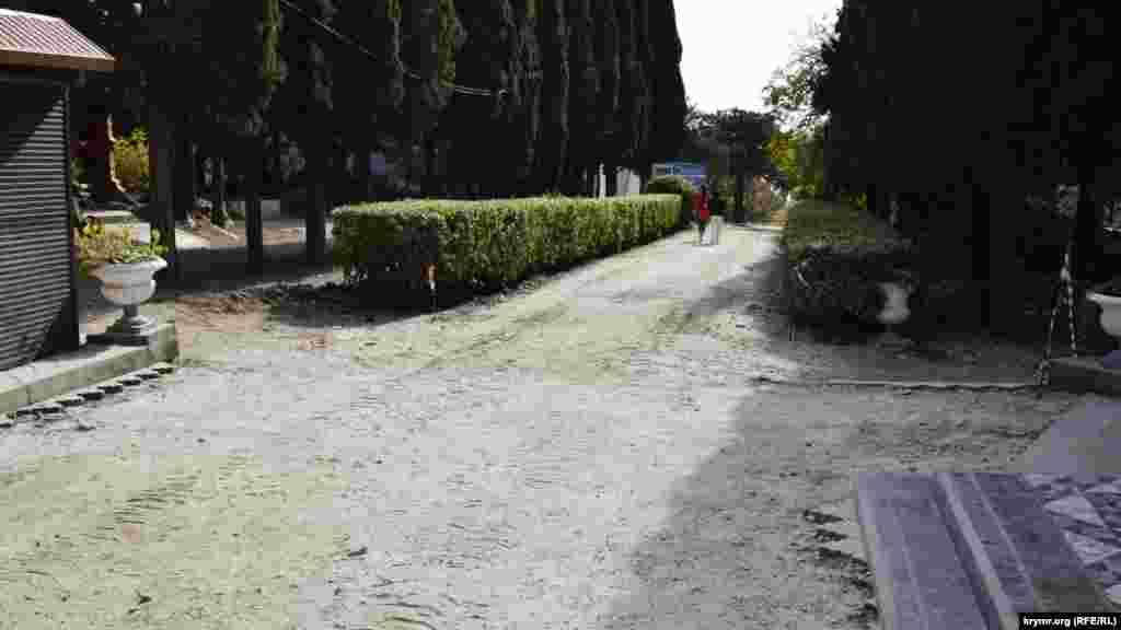 Чуть поодаль– парковая аллея, с которой уже сняли старую плитку