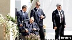 Алжир президенті Әбделәзиз Бутефлика арбада отыр. Алжир қаласы, 9 сәуір 2018 жыл.