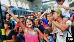 Pamje nga protesta e djeshme afër stacionit hekurudhor në Budapest
