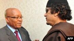 Претседателот на Јужноафриканската Република Џекоб Зума и либискиот лидер Моамер Гадафи