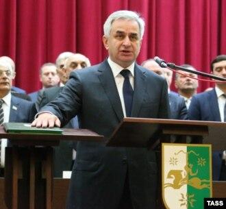 В Сухуме в актовом зале кабинета министров Республики Абхазия прошло торжественное собрание, посвященное Дню Конституции