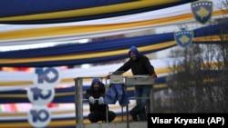 Punëtorët duke vendosur dekorimet në Prishtinë, në prag të 10-vjetorit të pavarësisë së Kosovës.