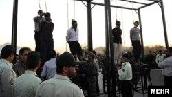 Иранда дарга асуу кеңири тараган өлүм жазаларынын бири - зордуктоо үчүн айыпталган төрт киши 2011-жылдын октябрында Хомейнишахр шаарчасында эл алдында өлтүрүлгөн