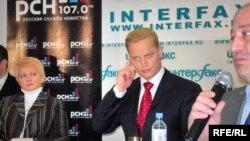 Самым ярким элементом дебатов стал галстук проведшего их Эрнеста Мацкявичуса (в центре)