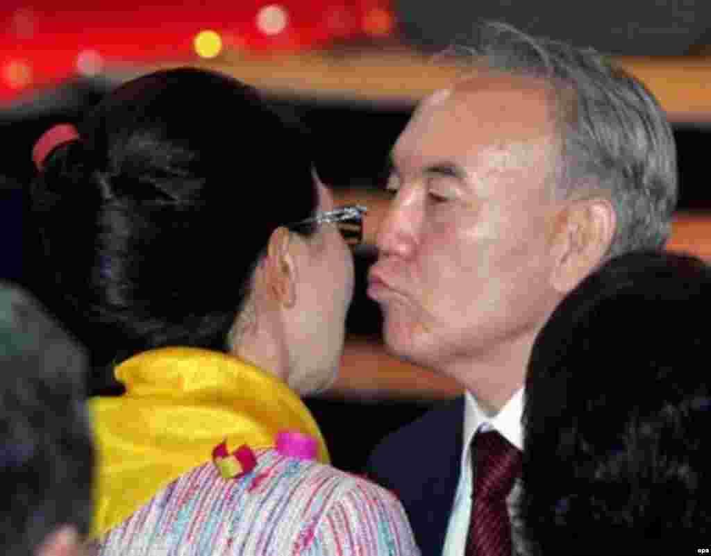 В 2006 году партия «Асар» и две другие провластные партии влились в президентскую партию «Отан» (сейчас «Нур Отан»). Дарига Назарбаева была назначена заместителем председателя объединенной партии. На фото: Нурсултан Назарбаев, набравший на президентских выборах, по официальным данным, 91 процент голосов, целует в щеку свою дочь Даригу Назарбаеву, лидера партии «Асар». Астана, 5 декабря 2005 года.