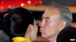 Нурсултан Назарбаев после победы на президентских выборах целует свою дочь Даригу. 5 декабря 2005 года.