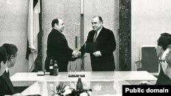 Мөхәммәт Сабиров (с) һәм Виктор Черномырдин килешү имзалый