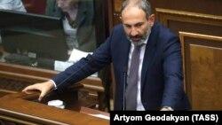 Никол Пашинян парламентте сөз сөйлеп тұр. 8 мамыр 2018 жыл.