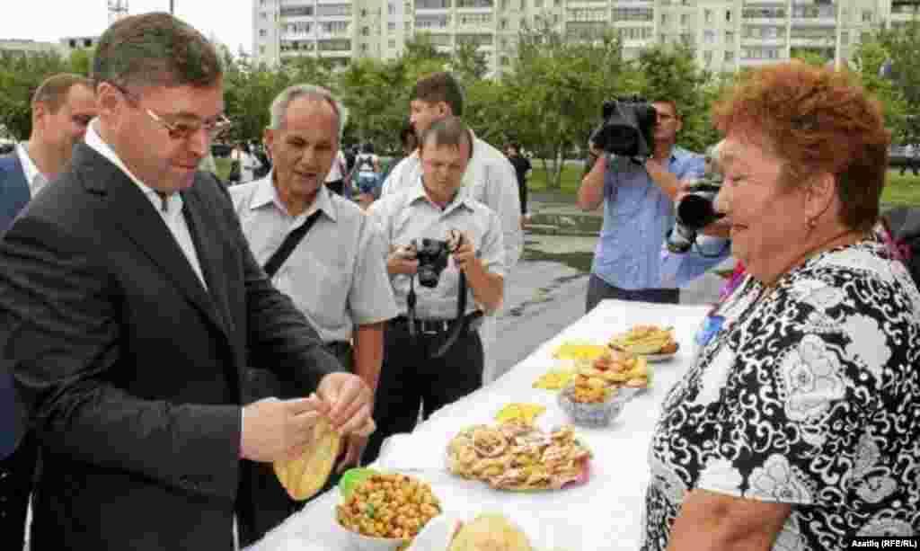 Исемле бавырсак бәйгесе җиңүчесе Әминә Әбсәләмова бавырсагы губернаторга ошады