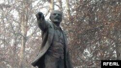 Ҳайкали Ленин дар боғи Душанбе, ки ҳоло аз онҷо бардошта шудааст.