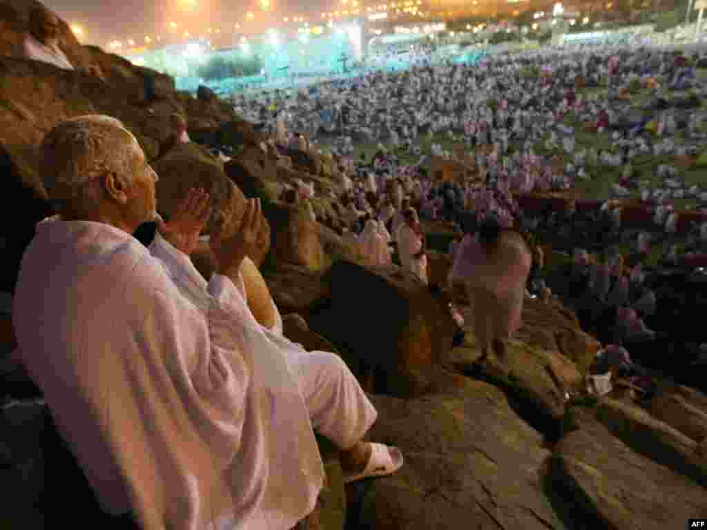 In addition to prayer, one of the things that pilgrims do on Mount Arafat is to collect pebbles for a ritual the following day, at Jamaraat. (PHOTO/MAHMUD HAMS)