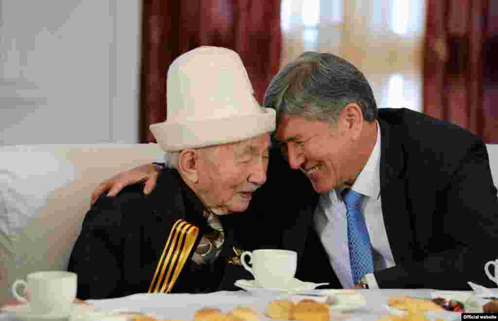 Kyrgyz President Almazbek Atambaev meets with veterans of World War II in a photograph from the official presidential website.