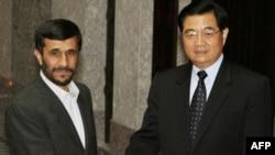 محمود احمدی نژاد (چپ) رییس جمهوری اسلامی ایران همراه با هوجین تائو، همتای چینی خود در حاشیه نشست شانگهای.
