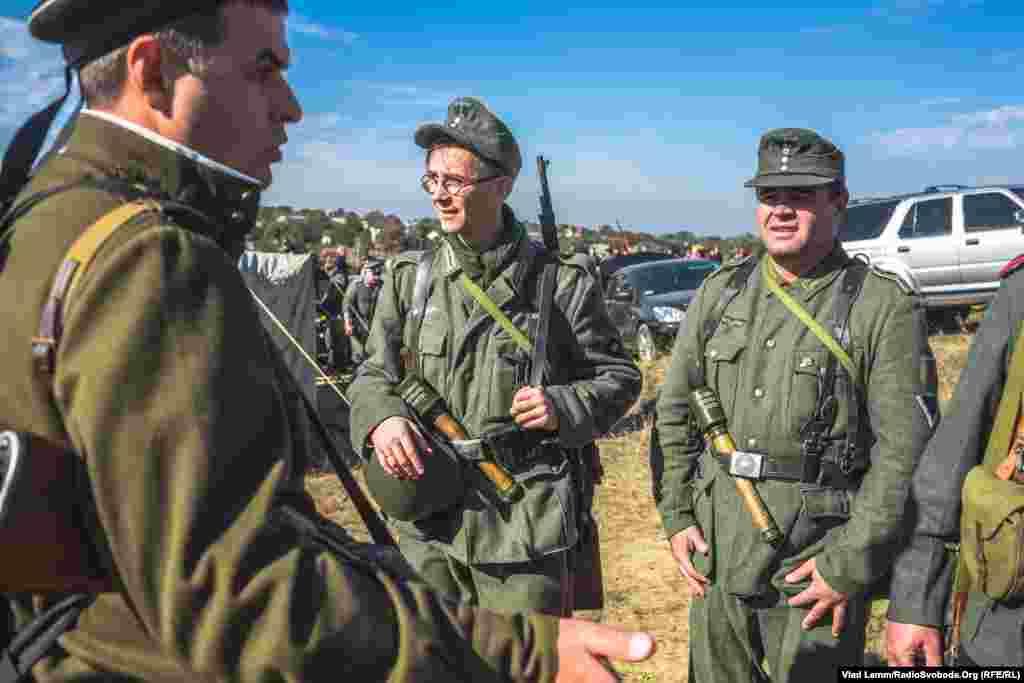 Реконструктори в німецькій формі часів Другої світової війни